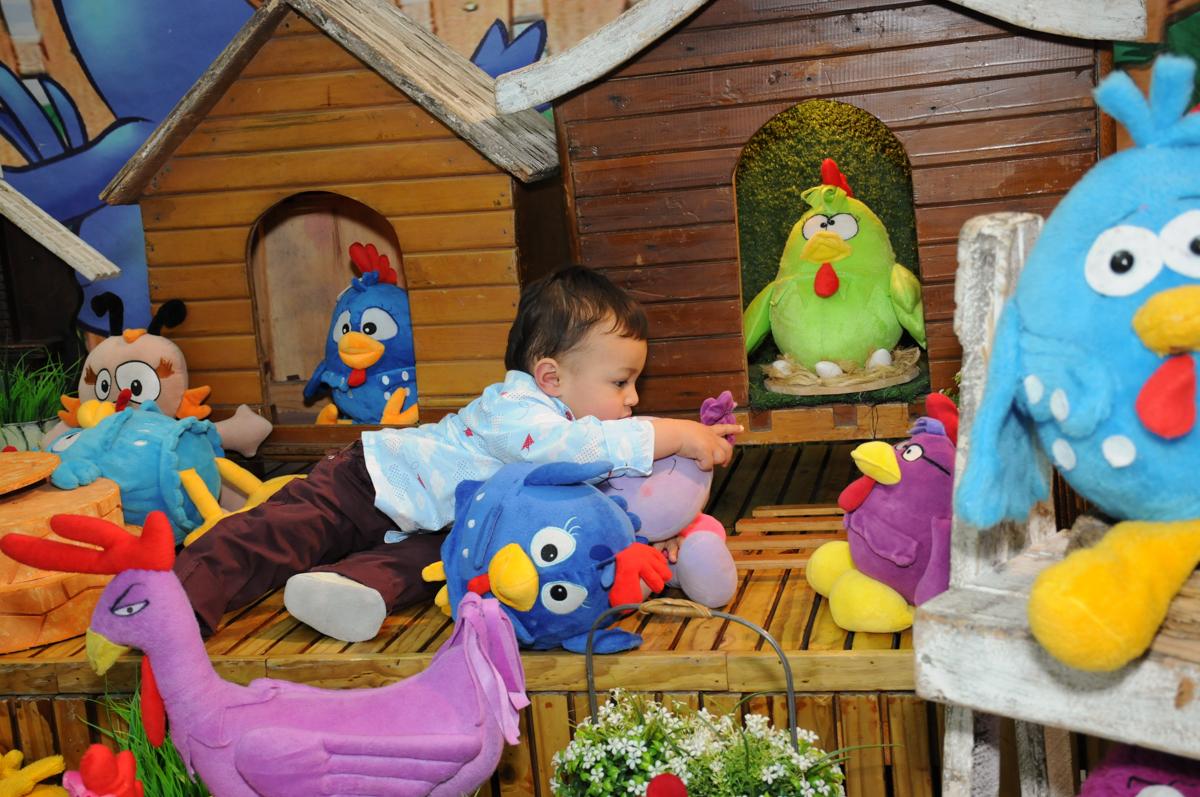 sentado na  mesa tema galinha pintadinha no Buffet Magic Joy - Moema, São Paulo