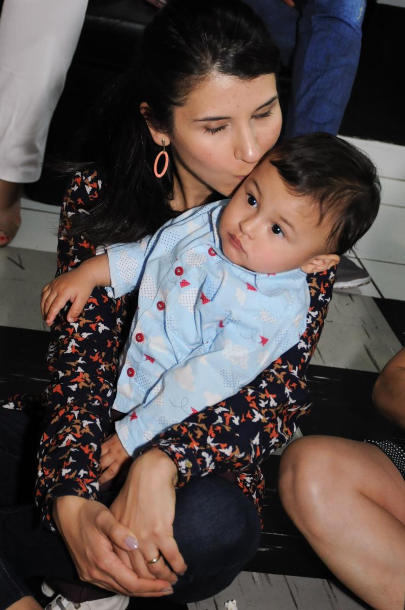 carinho da mamãe durante o show de fantoche no Buffet Magic Joy - Moema, São Paulo