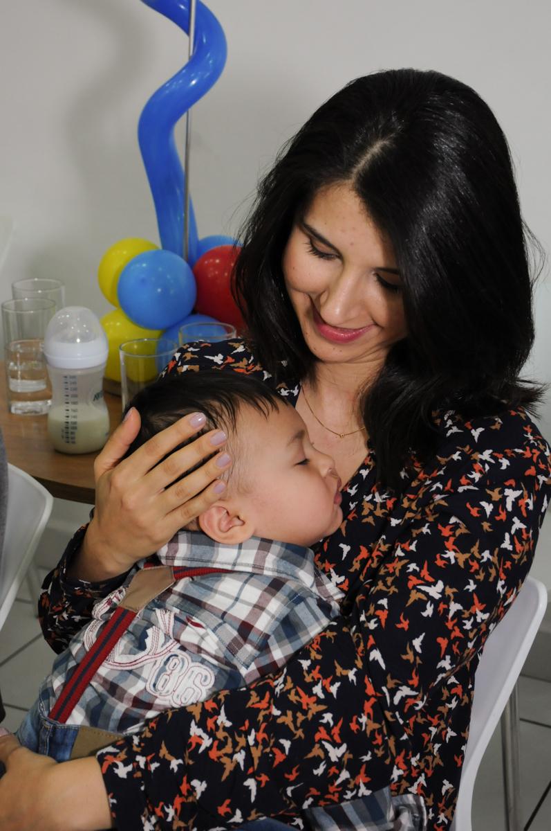 soninho no colo da mamãe no Buffet Magic Joy - Moema, São Paulo
