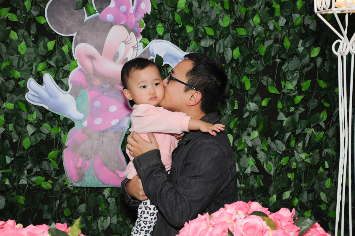 beijinho do papai em frente a mesa decorada minie rosa no Buffet Infantil Anarquia Park, Moema, São Paulo, SP
