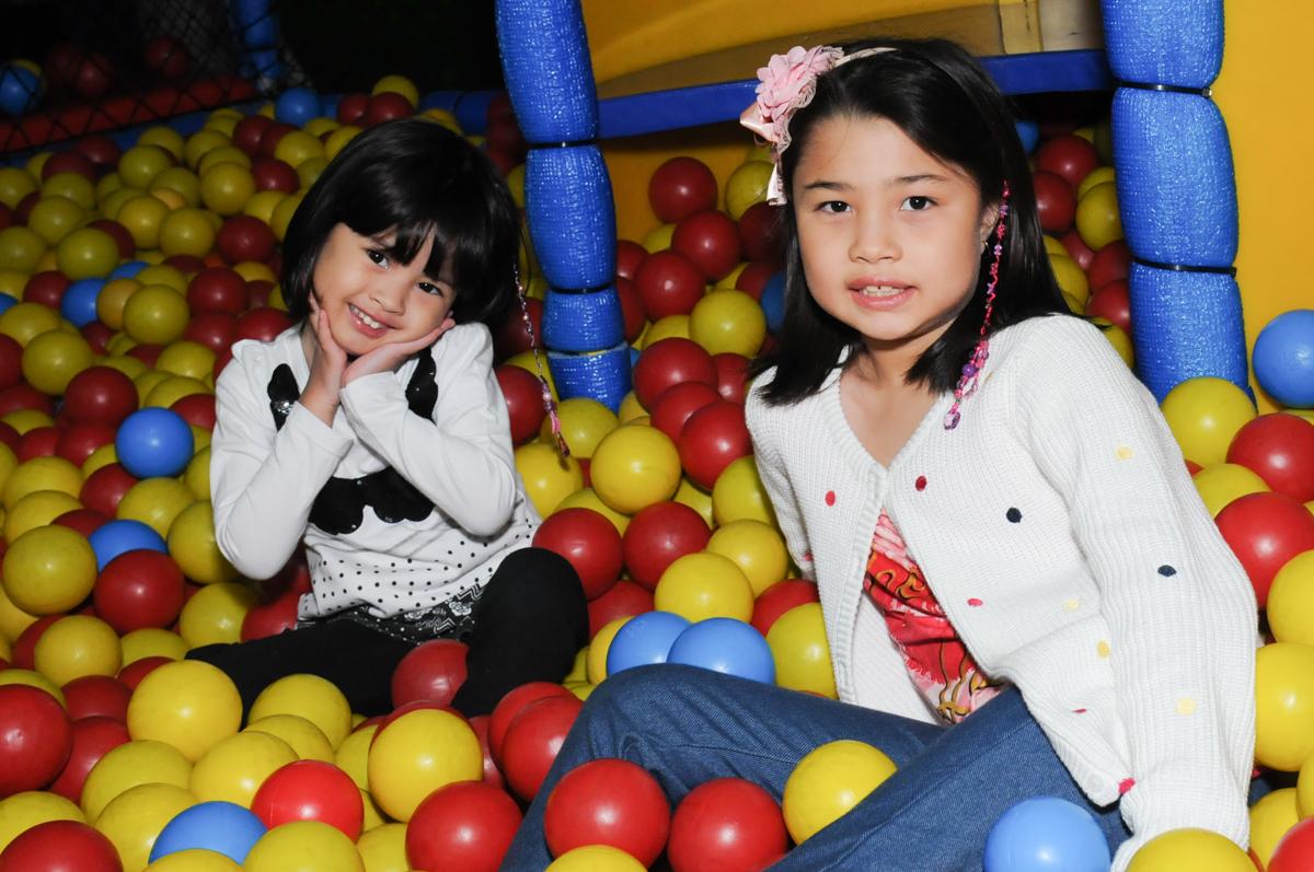 brincadeiras na piscina de bolinha no Buffet Infantil Anarquia Park, Moema, São Paulo, SP