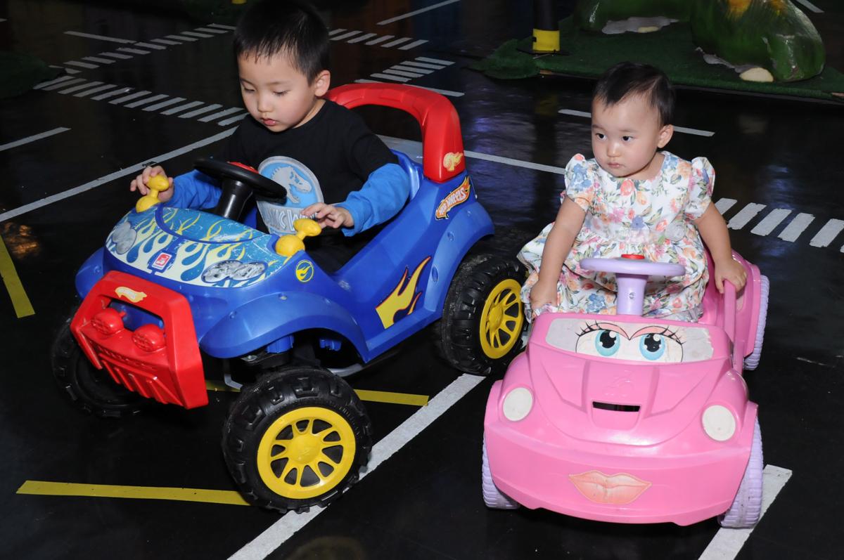 andando no carrinho no Buffet Infantil Anarquia Park, Moema, São Paulo, SP