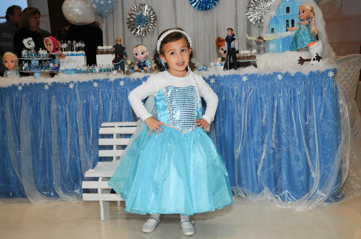 pode de princesa em frente a mesa tema frozen no condomínio Granja Vianna