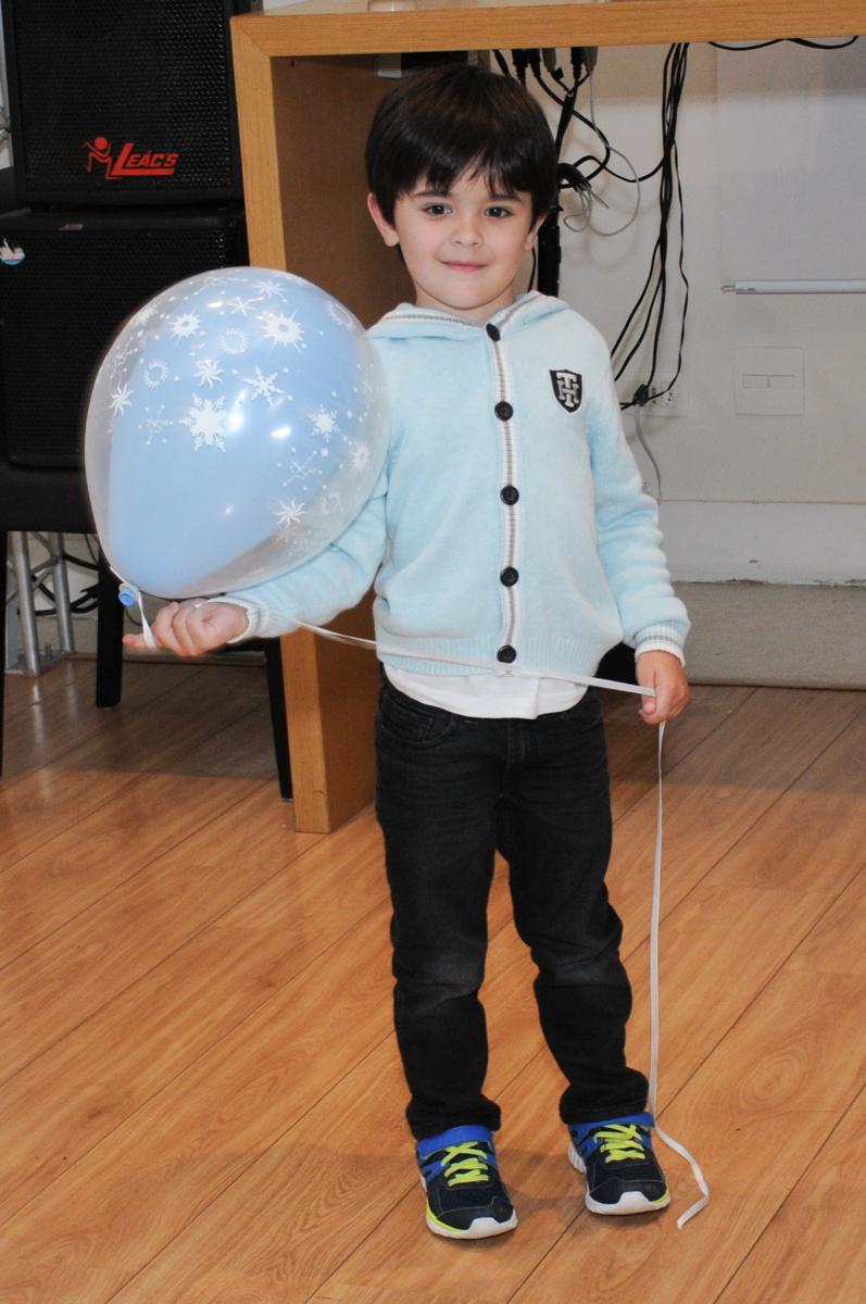 brincando com o balão de bexiga no condomínio Granja Vianna
