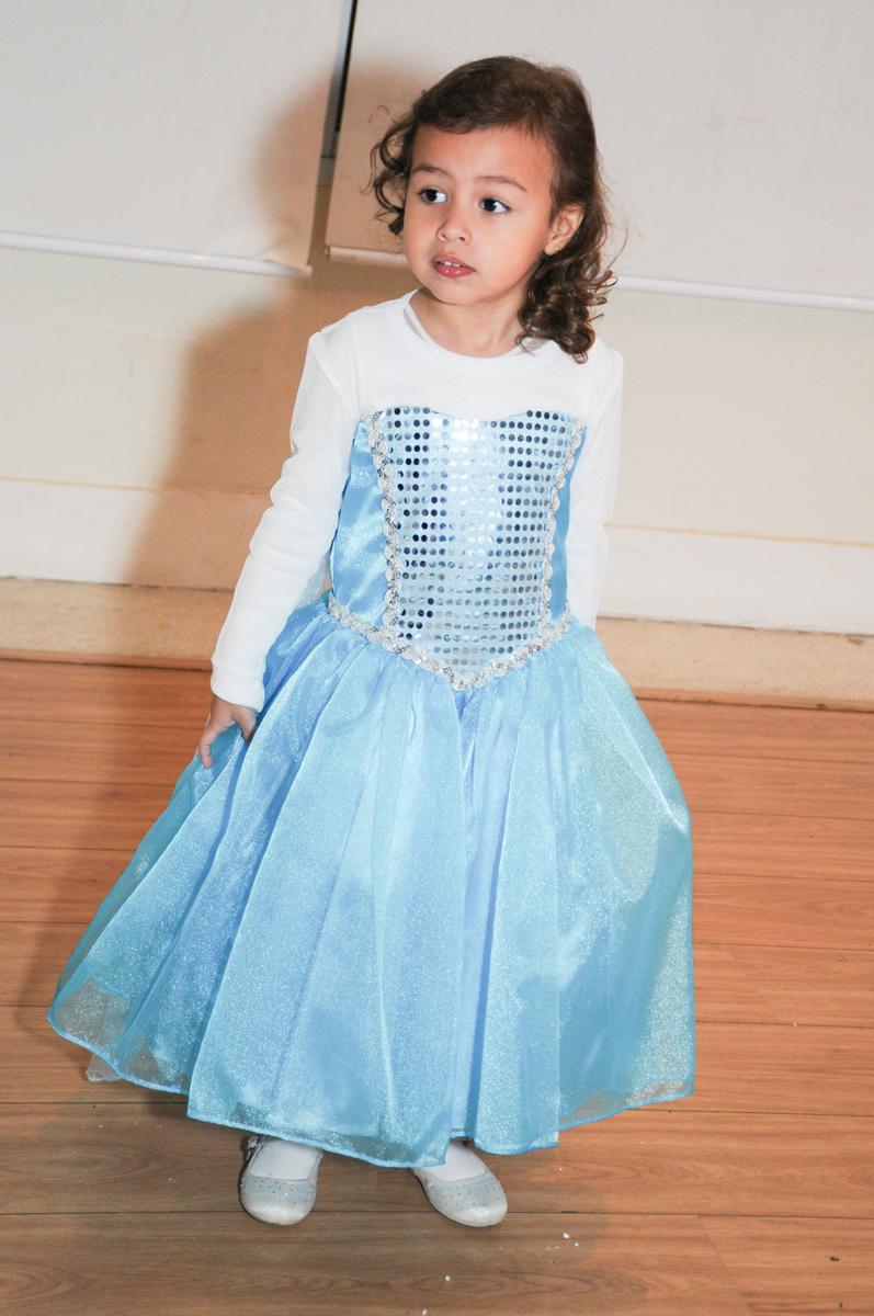 princesa elsa no condomínio Granja Vianna