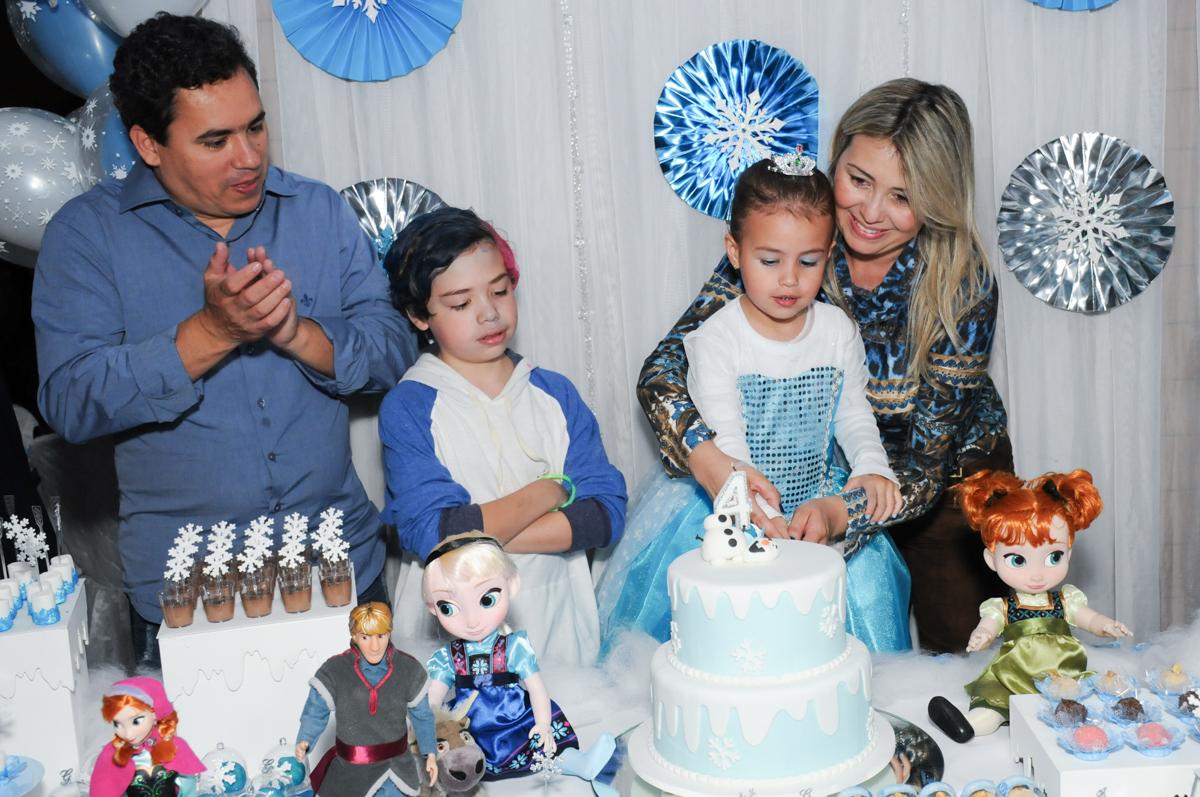 corte do bolo de aniversário frozen e elsa no condomínio Granja Vianna