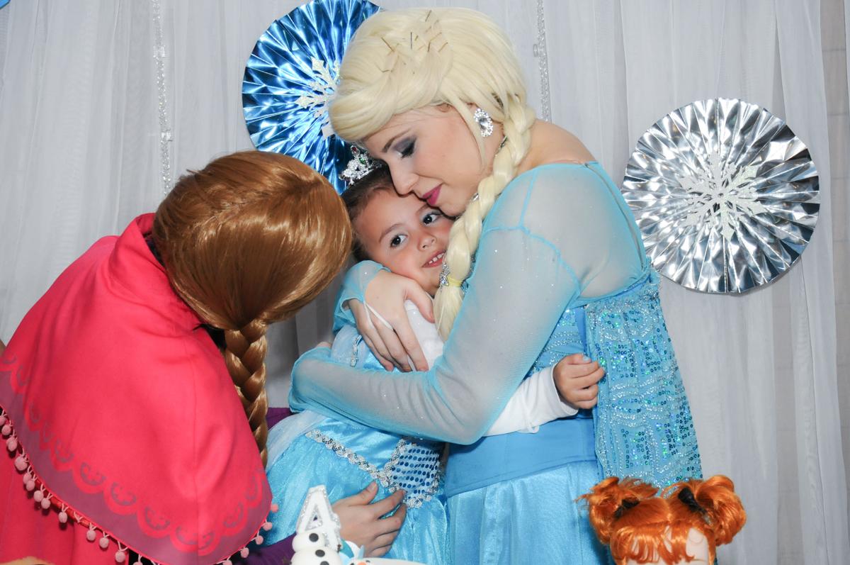 abraço crinhoso da frozen e elsa no condomínio Granja Vianna