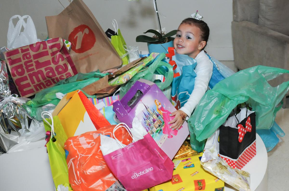 abraçando a caixa de presentes no condomínio Granja Vianna
