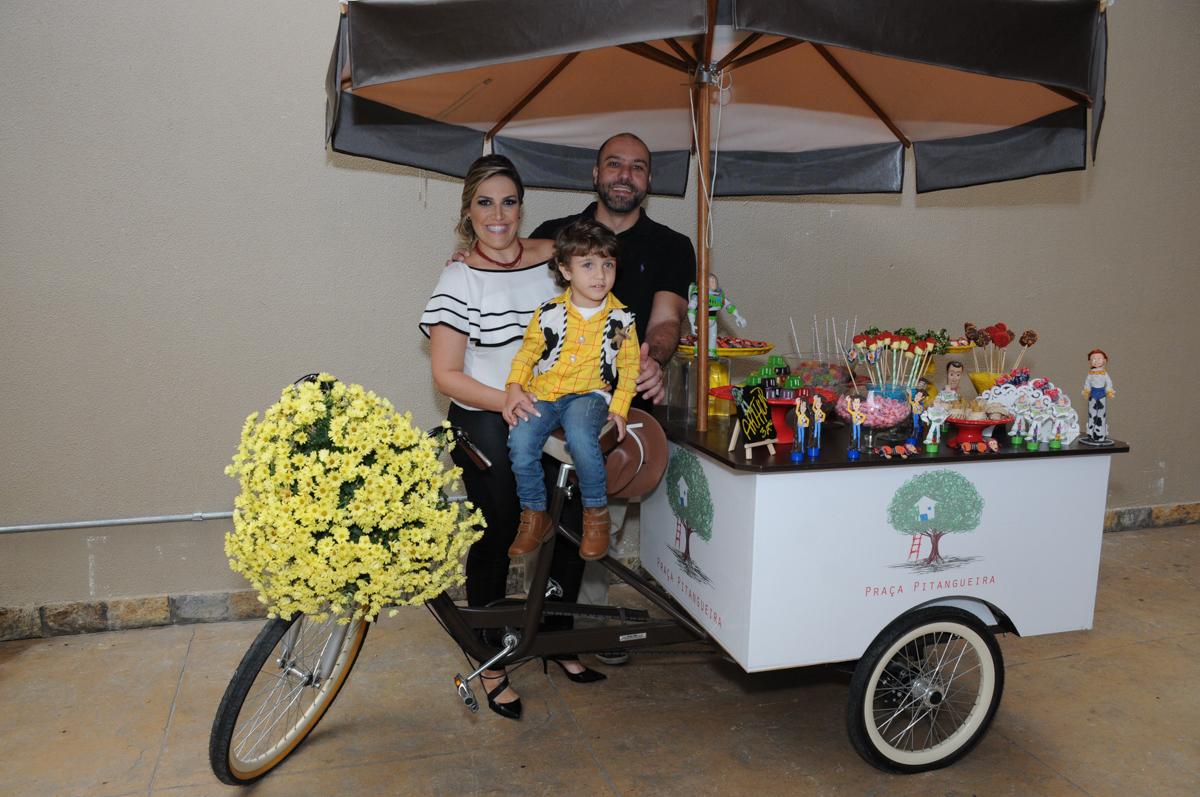 arthur e seus pais no carrinho de doces no Buffet Praça Pitangueiras, São Paulo- SP