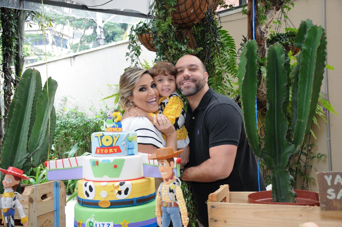 arthur e seus pais na mesa decorada toy story no Buffet Praça Pitangueiras, São Paulo- SP