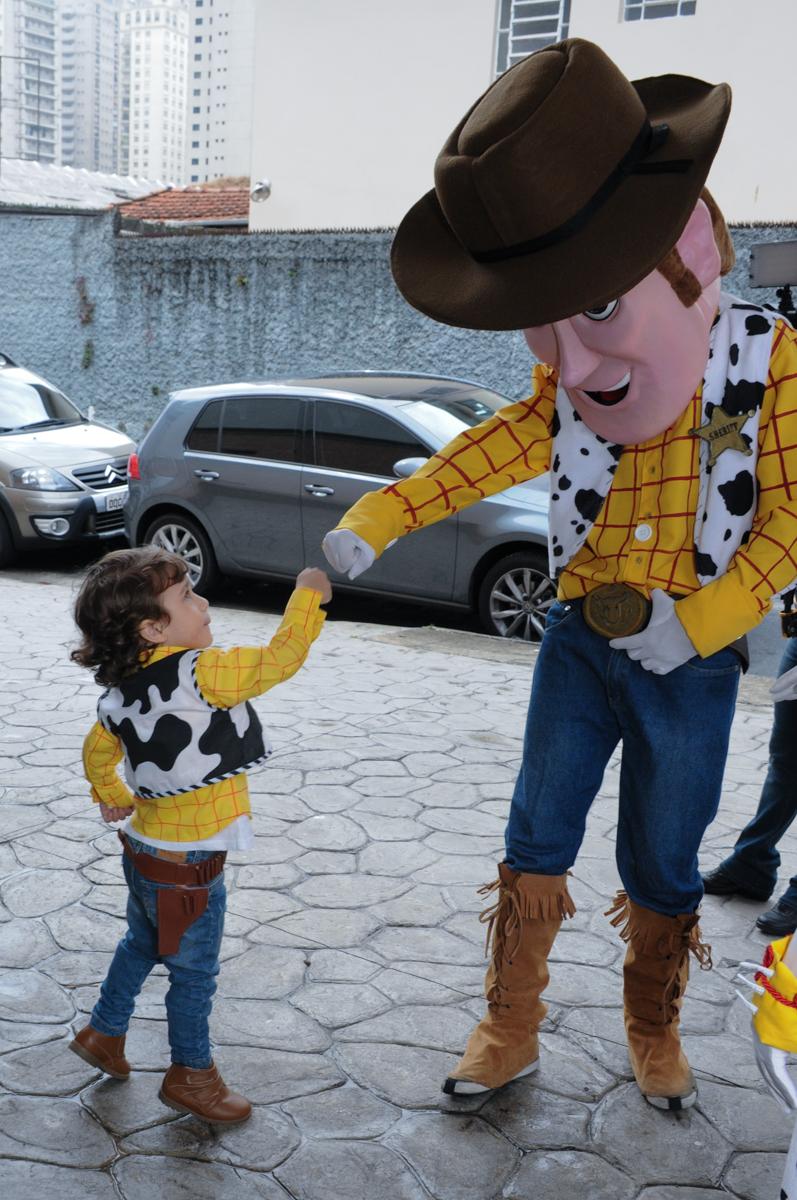 arthur com os personagem toy story no Buffet Praça Pitangueiras, São Paulo- SP