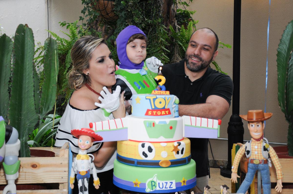 soprando a velinha do bolo decorado toy story no Buffet Praça Pitangueiras, São Paulo- SP