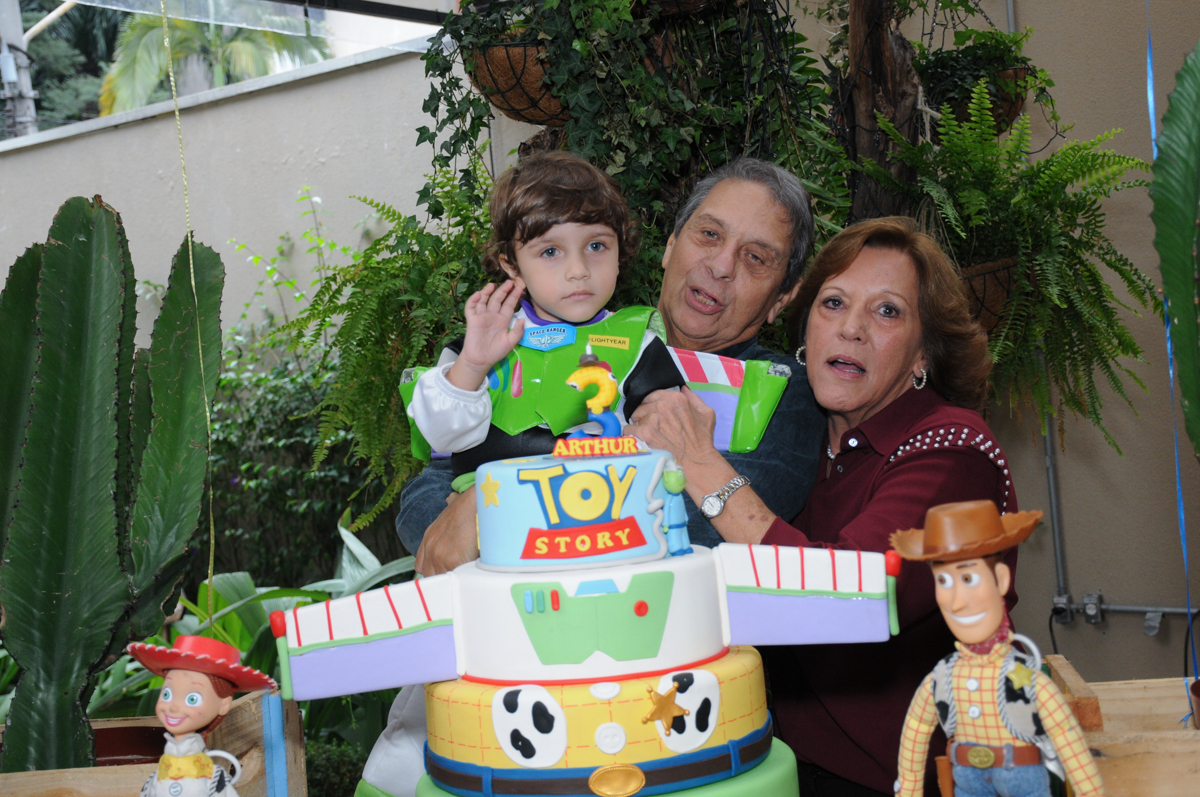 família na mesa decorada toy story no Buffet Praça Pitangueiras, São Paulo- SP