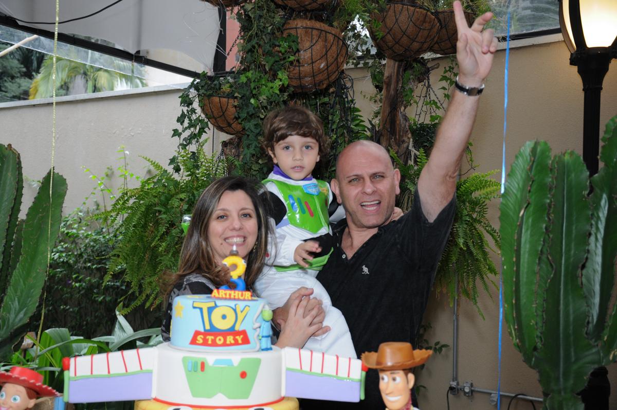 foto com os tios na mesa decorada toy story no Buffet Praça Pitangueiras, São Paulo- SP