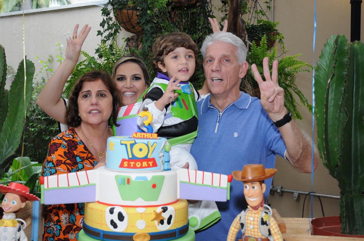 foto com os avós na mesa decorada toy story no Buffet Praça Pitangueiras, São Paulo- SP