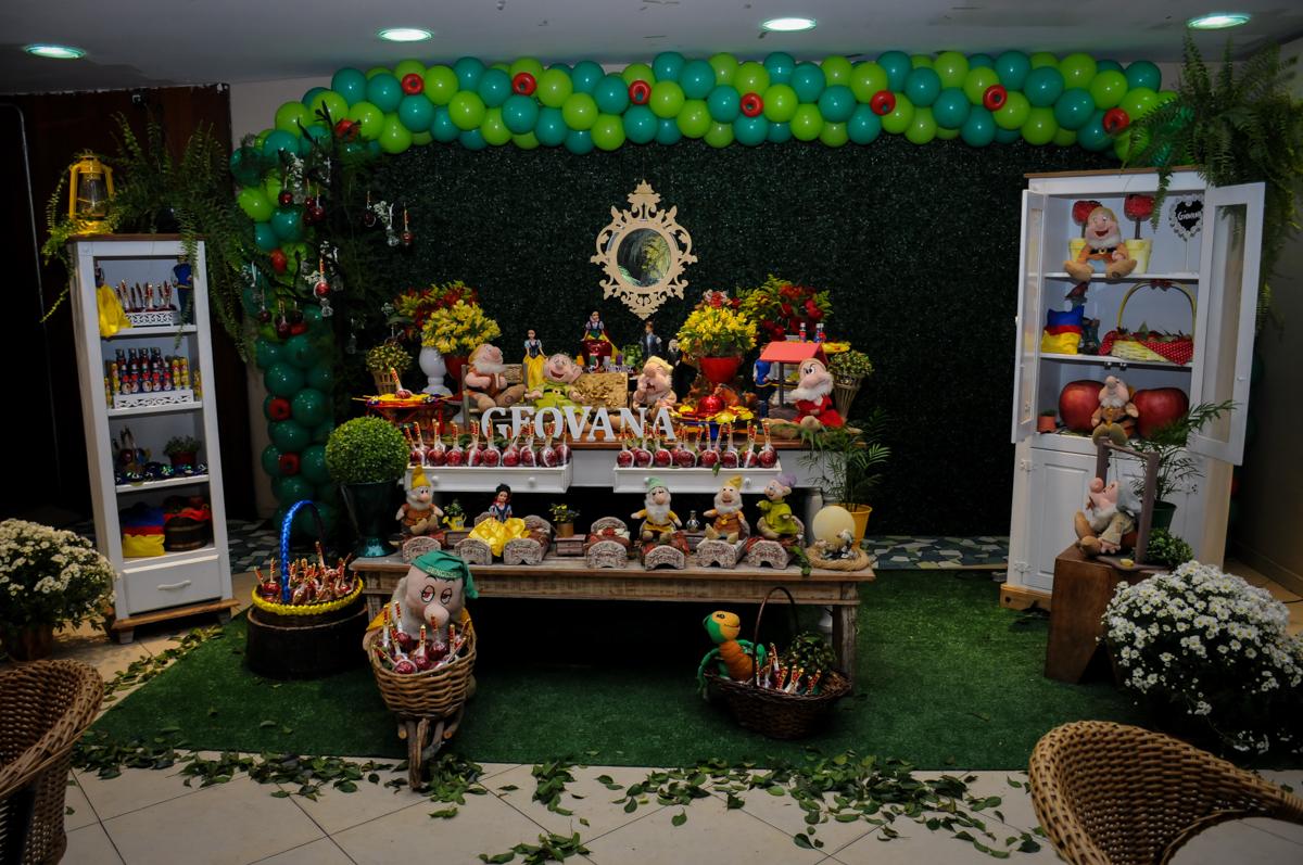 mesa decorada branca de neve no Buffet Viva Vida, Butantã, São Paulo