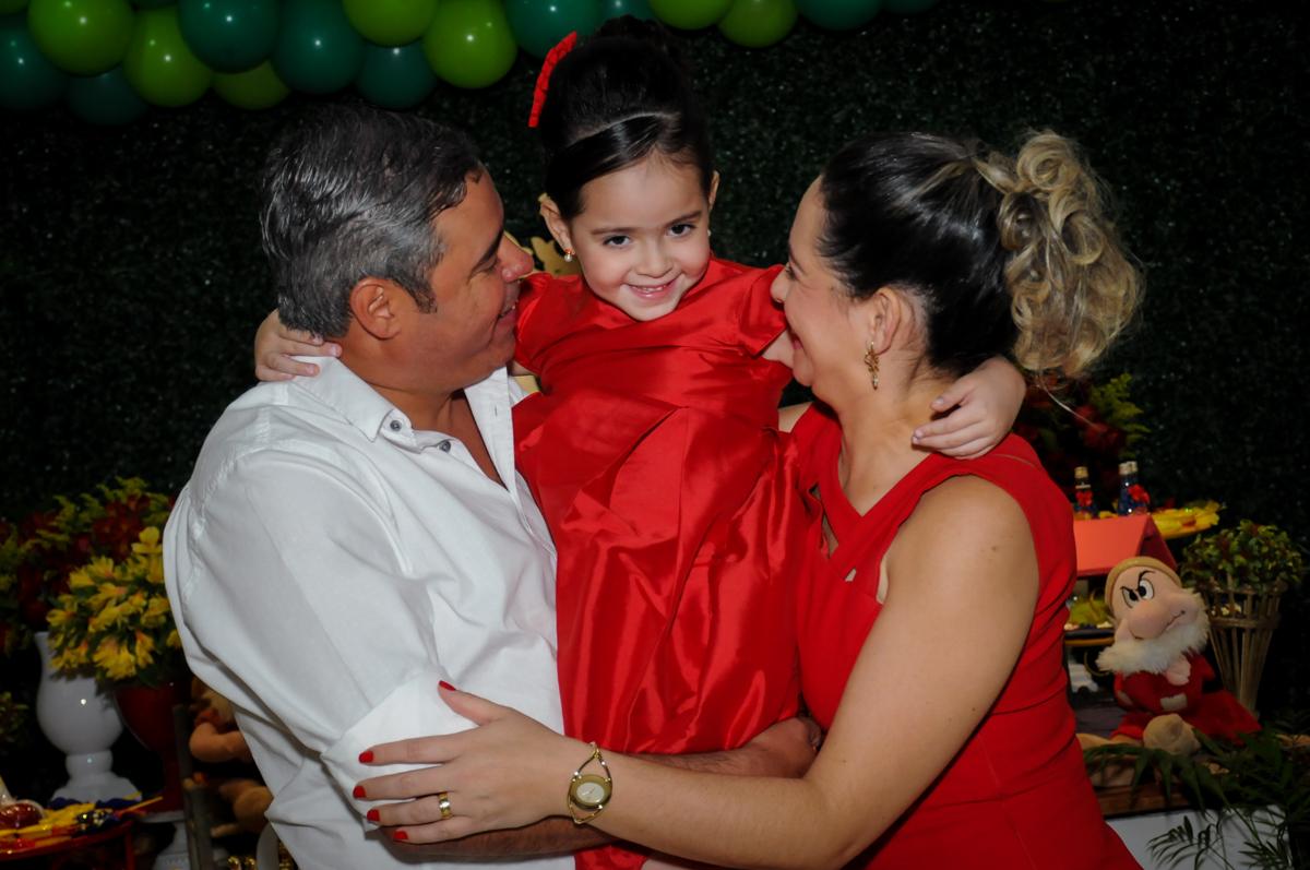 carinho dos pais com a aniversariante no Buffet Viva Vida, Butantã, São Paulo