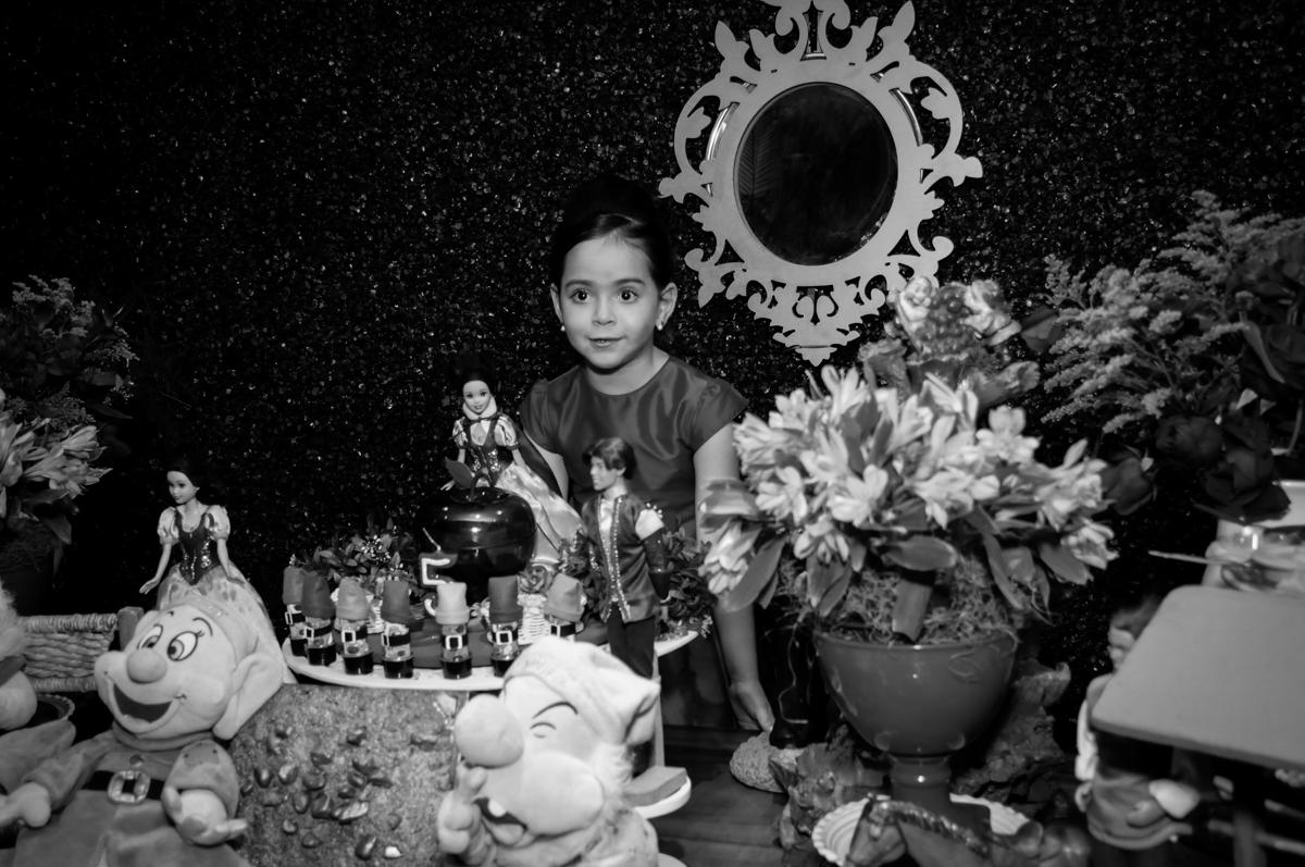 giovana na mesa decorada branca de neve no Buffet Viva Vida, Butantã, São Paulo