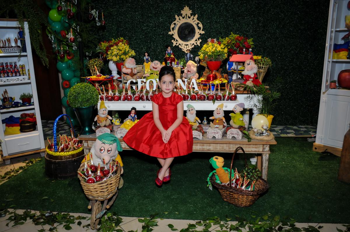 aniversariante sentada no banquinho da mesa decorada branca de neve bo Buffet Viva Vida, Butantã, São Paulo