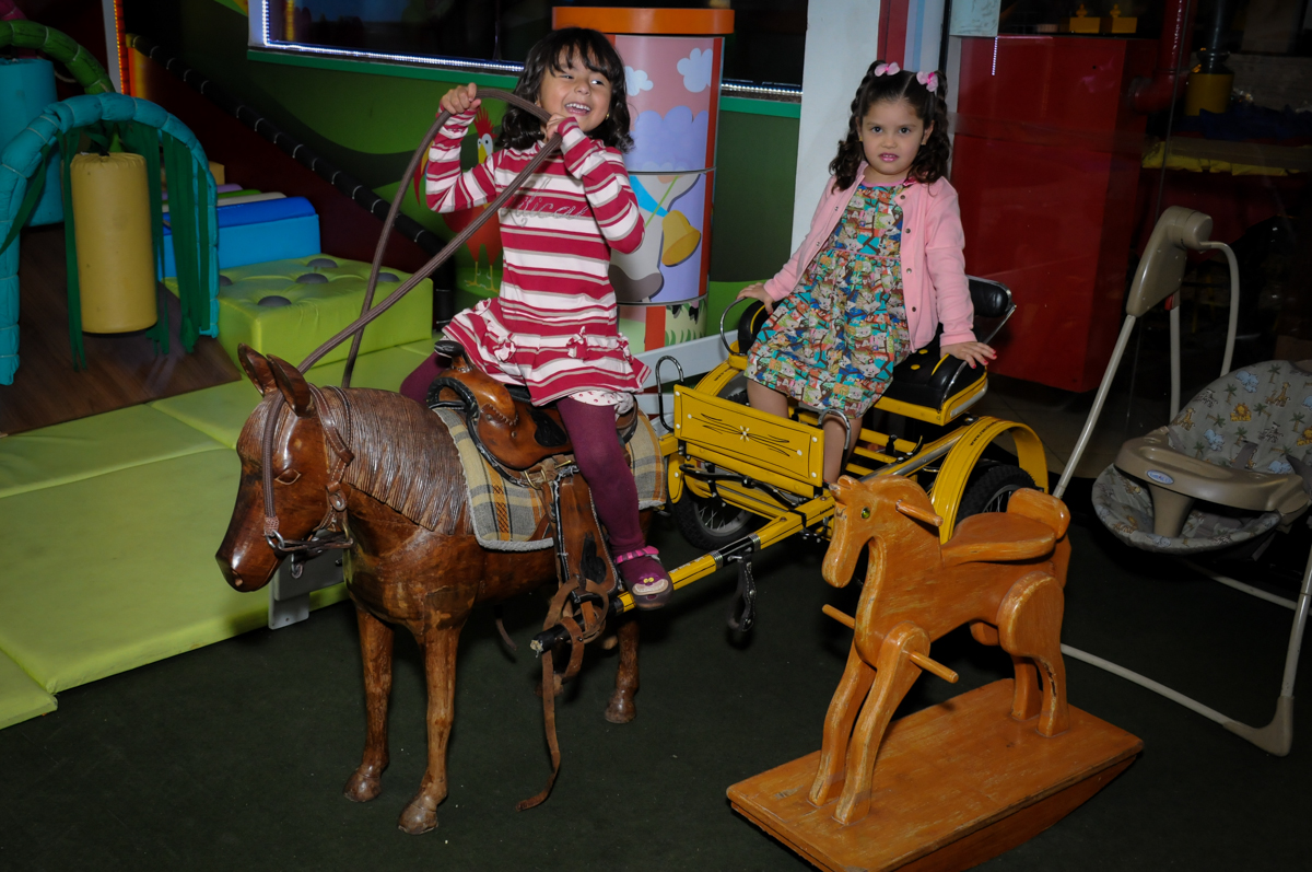 criançada brincando na área baby do Buffet Viva Vida, Butantã, São Paulo