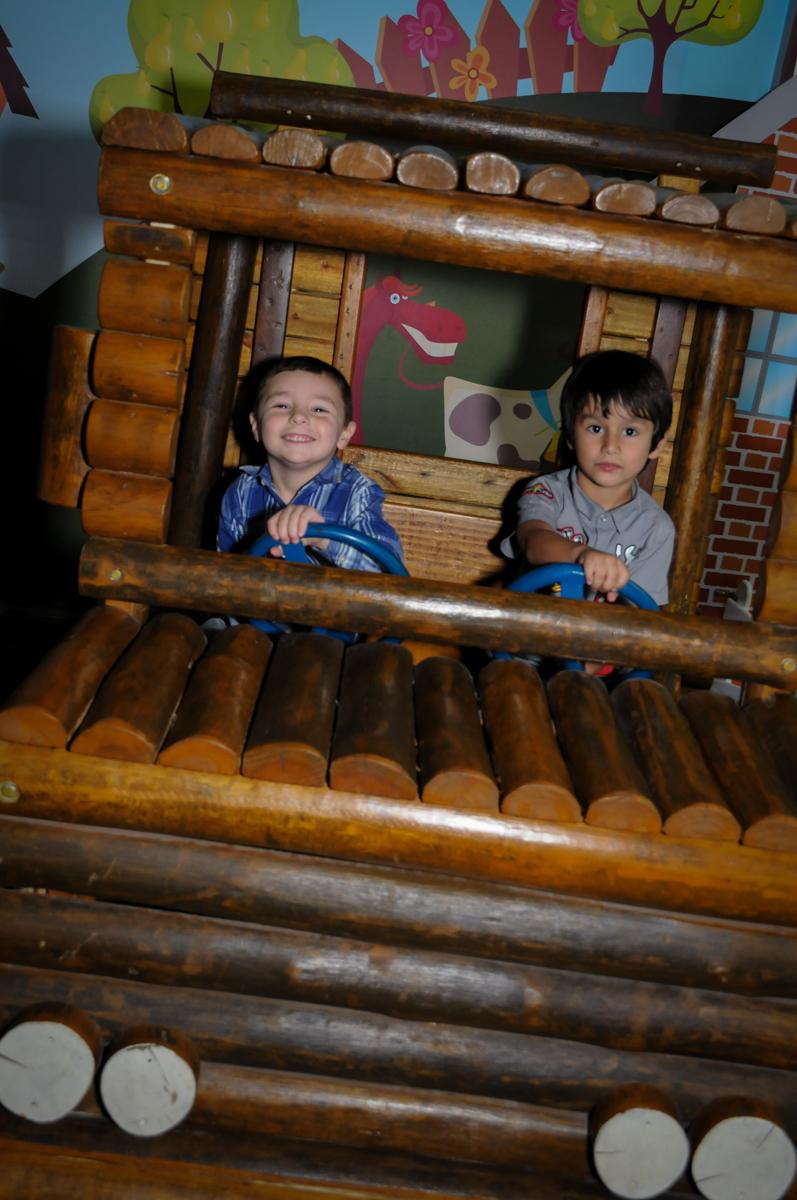 farra na festa criançada brincando no jeep de madeira no Buffet Viva Vida, Butantã, São Paulo