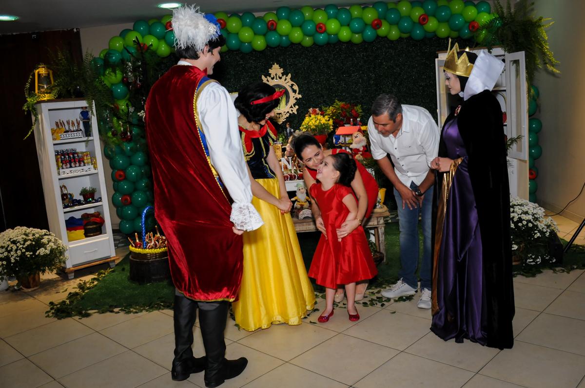 alegria da aniversariante com a chegada da branca de neve no Buffet Viva Vida, Butantã, São Paulo