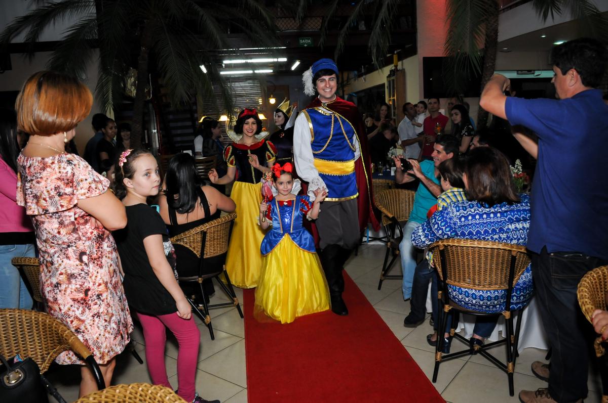 entrada dos personagens para o show da branca de neve no Buffet Viva Vida, Butantã, São Paulo
