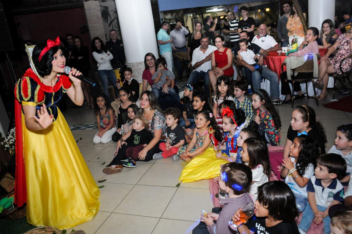 platéia infantil assistindo ao show no Buffet Viva Vida, Butantã, São Paulo