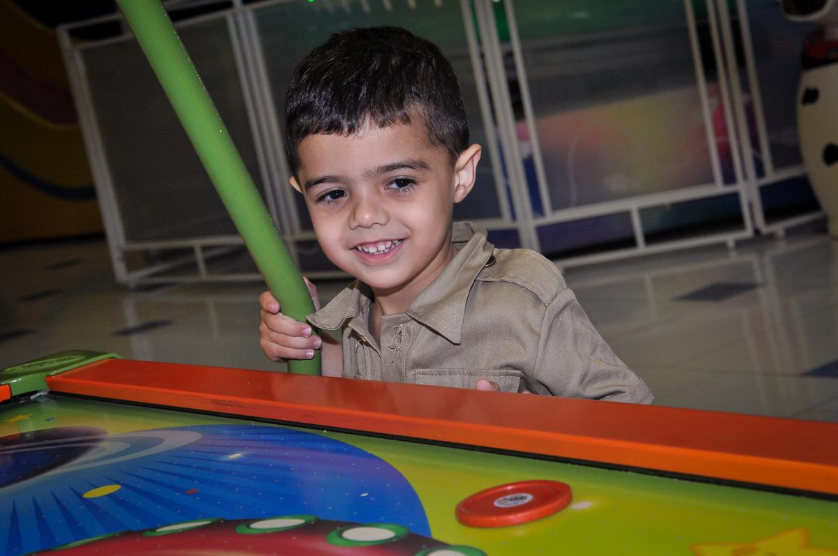 aniversariante jogando no brinquedo de disco no Buffet infantil Max Mania, Panambi