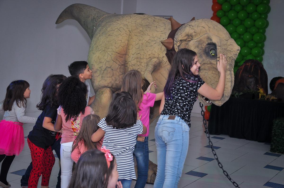 bagunça com o dinossauro rex no Buffet infantil Max Mania, Panambi