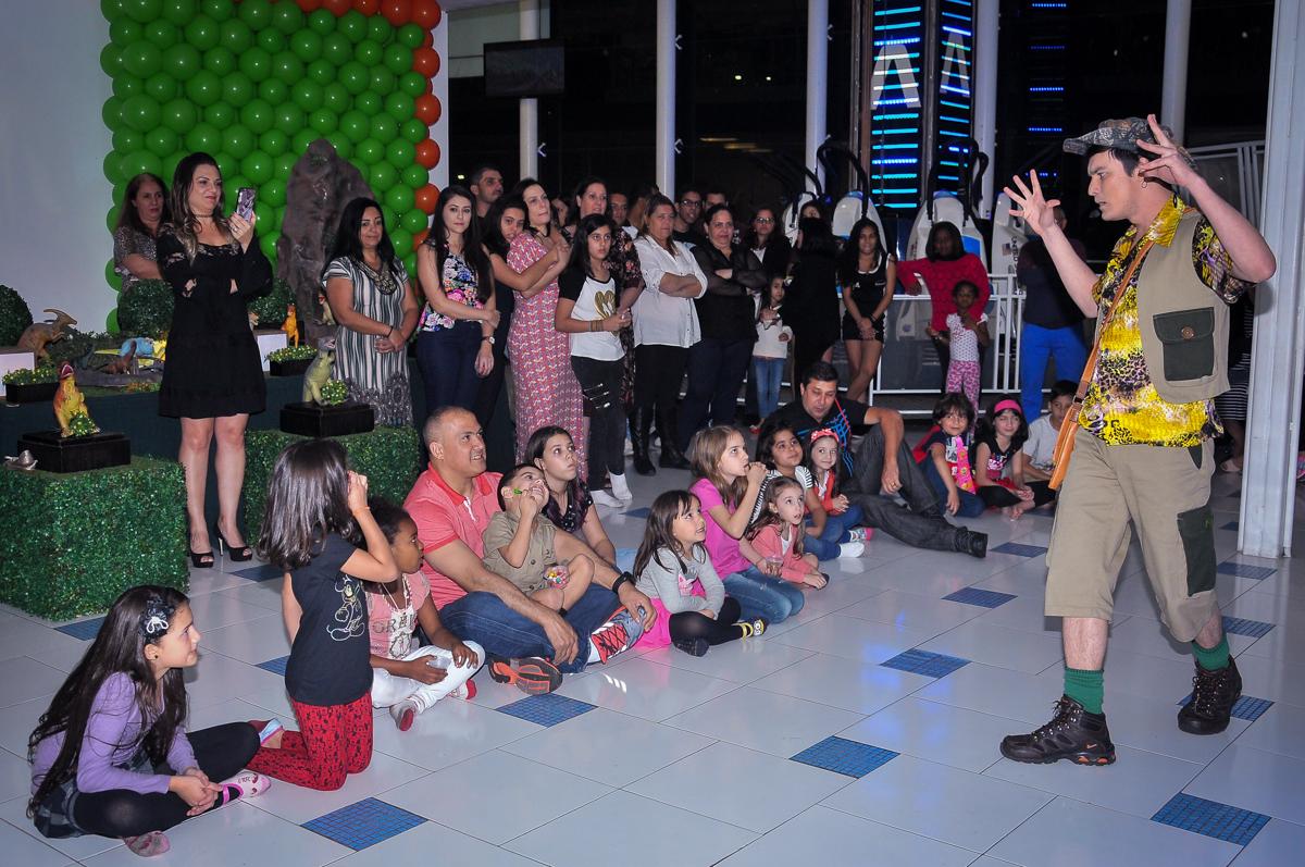 criançada assistindo ao show dos dinossauros rex no Buffet infantil Max Mania, Panambi