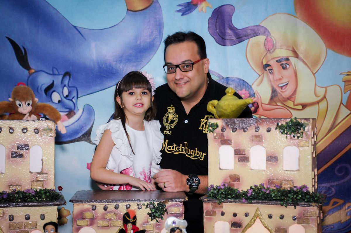 aniversariante com o paii em frente a mesa tema  alladim Buffet Infantil Ra Tim Boom, Saude, São Paulo