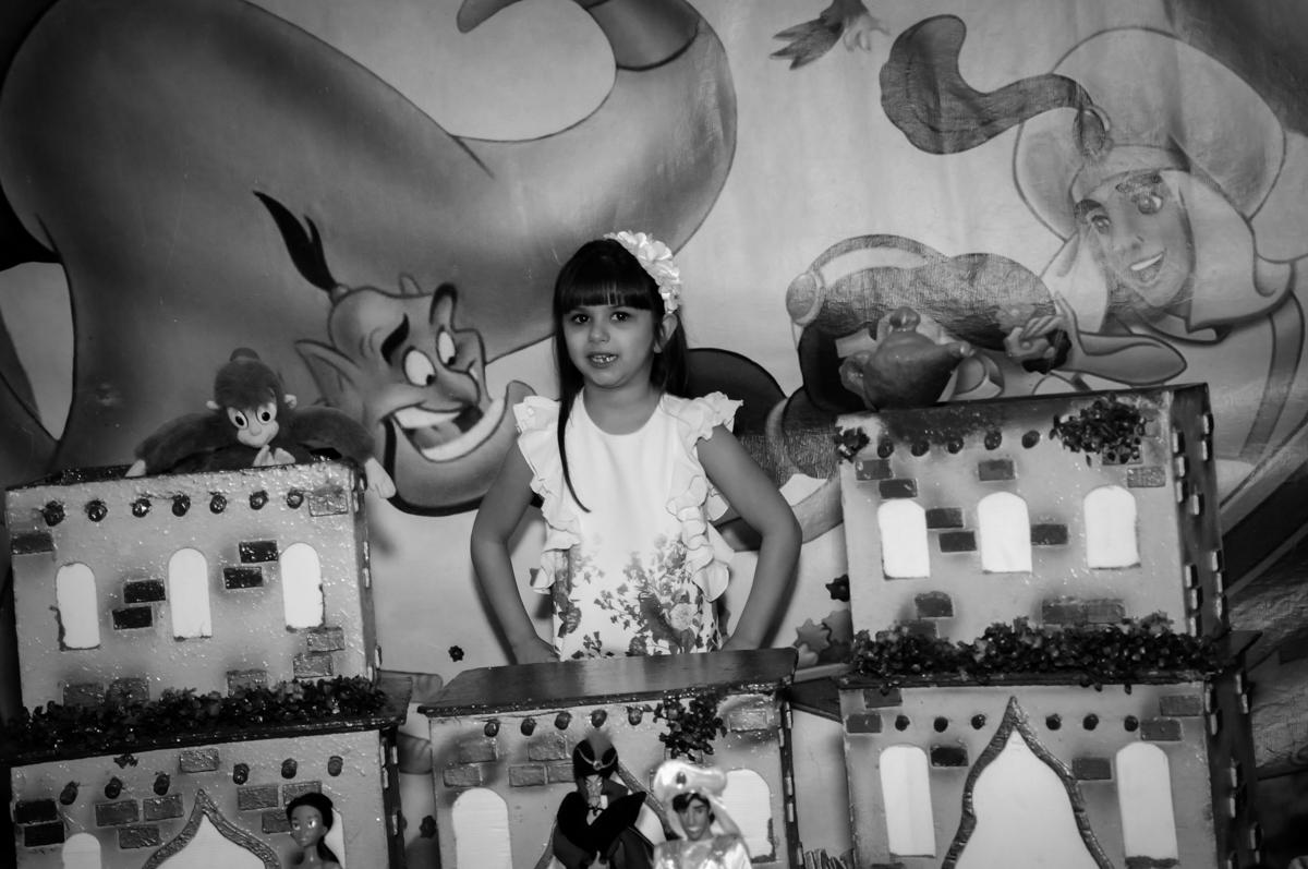aniversariante em frente a mesa tema Buffet Infantil Ra Tim Boom, Saude, São Paulo