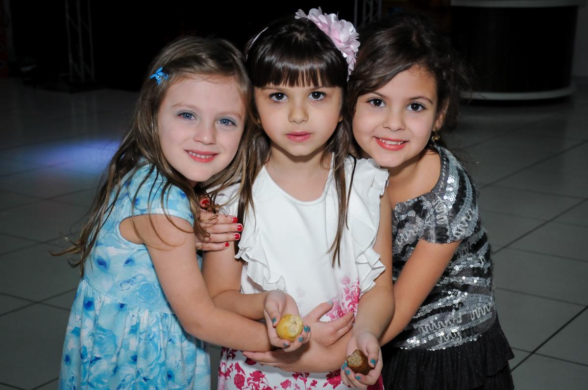 foto da aniversariante com as amigas no Buffet Infantil Ra Tim Boom, Saude, São Paulo