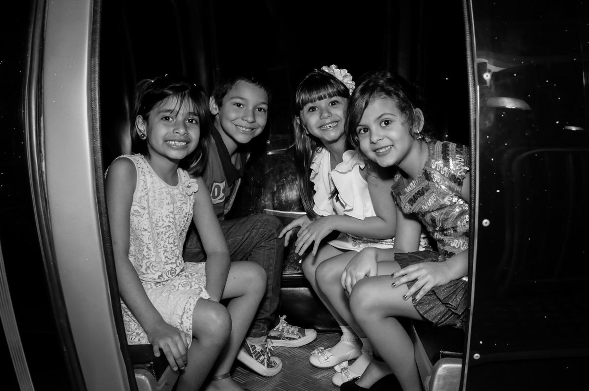 aniversariante e anigas no trenzinho no Buffet Infantil Ra Tim Boom, Saude, São Paulo
