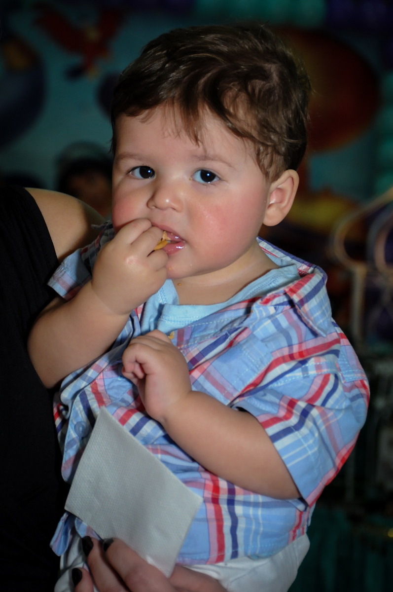 convidado comendo pipoca no Buffet Infantil Ra Tim Boom, Saude, São Paulo