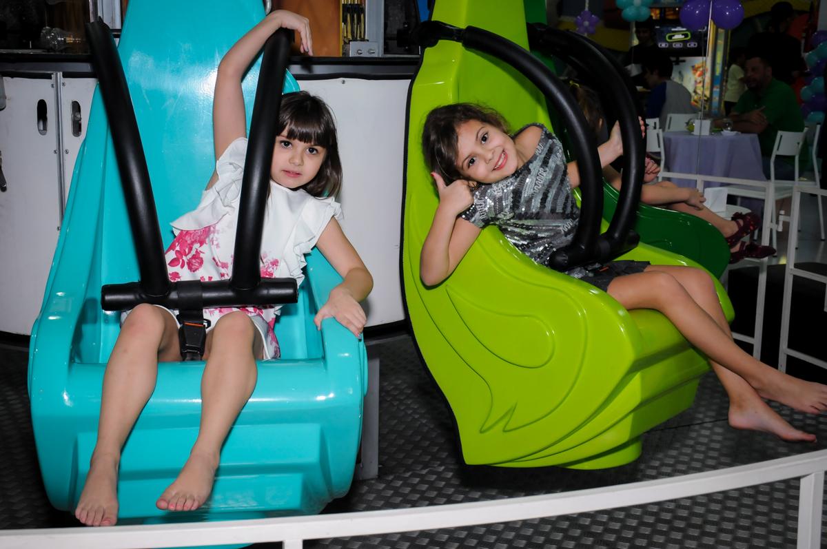 pose para foto no brinquedo elevador no Buffet Infantil Ra Tim Boom, Saude, São Paulo