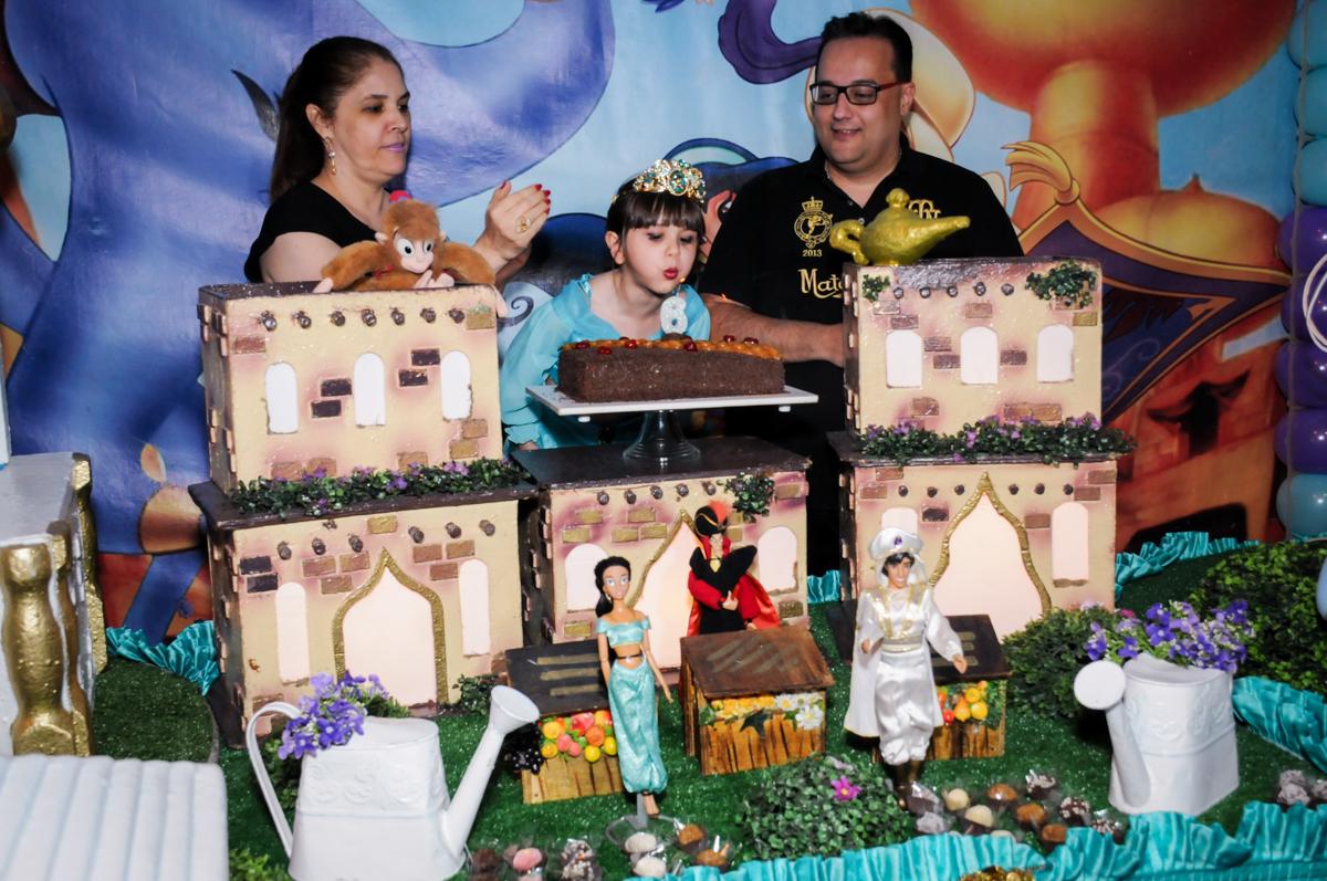 soprando a velinha do bolo no Buffet Infantil Ra Tim Boom, Saude, São Paulo