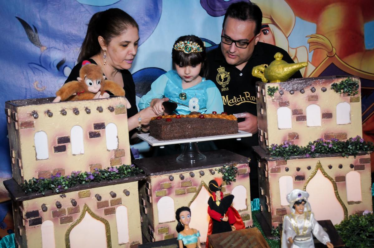 primeiro pedaço do bolo no Buffet Infantil Ra Tim Boom, Saude, São Paulo