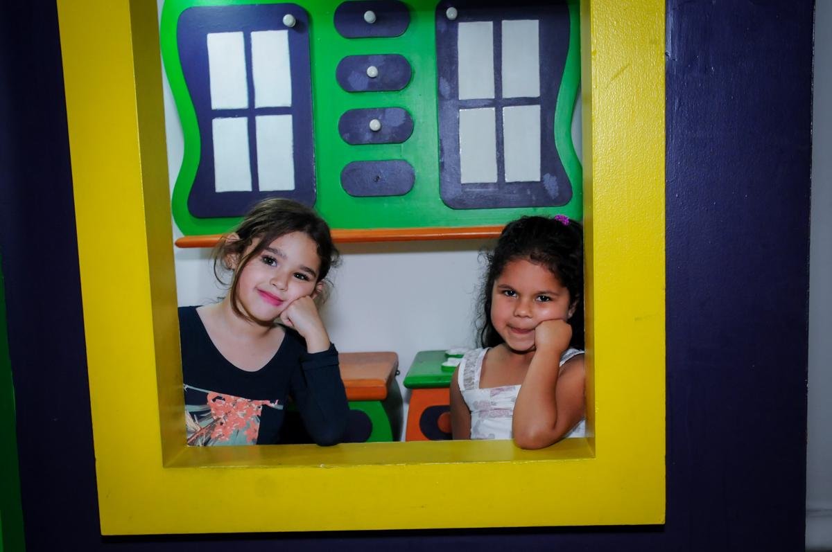 foto na casinha de boneca no Buffet Fábrica da Alegria, Unidade Osasco
