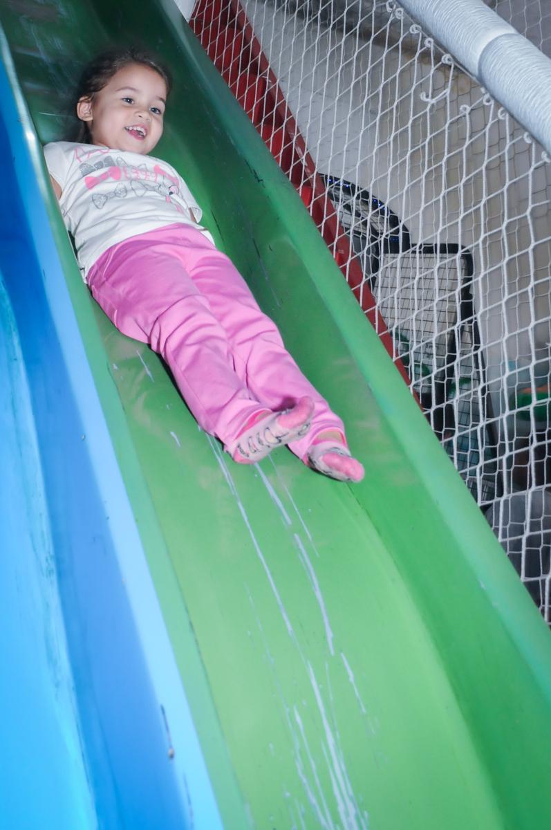 escorregando deitada no escorregador no Buffet Fábrica da Alegria, Unidade Osasco