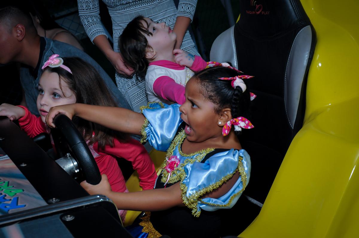 diriginhdo no carrinho no Buffet Magic Joy Unidade Saude