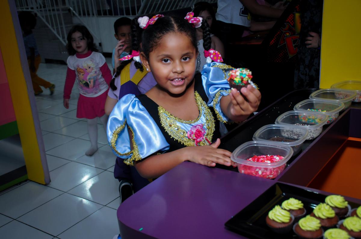 fazendo cup cake no Buffet Magic Joy Unidade Saude