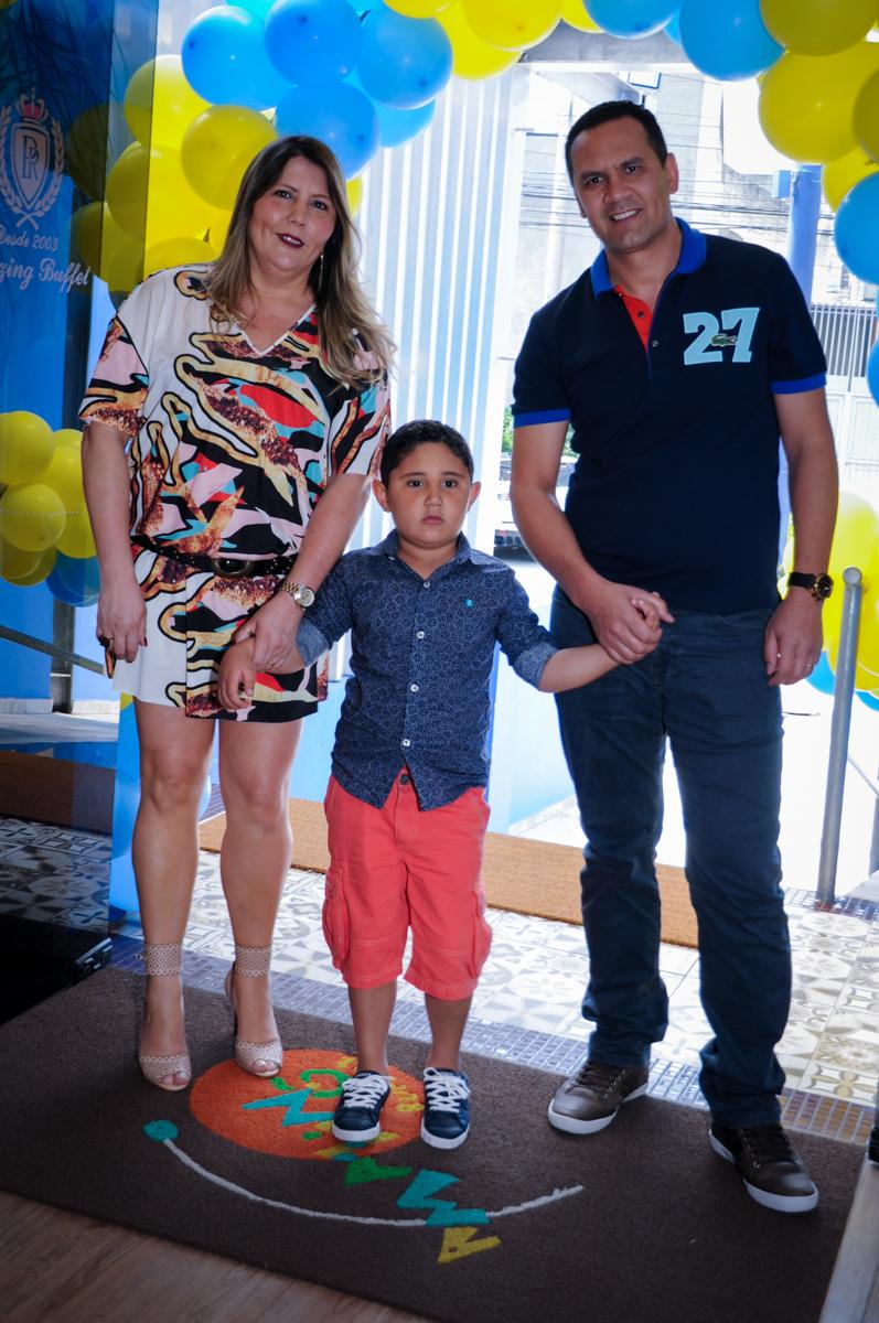 entrada da família para a festa de aniversário no Buffet Infantil Amazing, Alphaville, São Paulo
