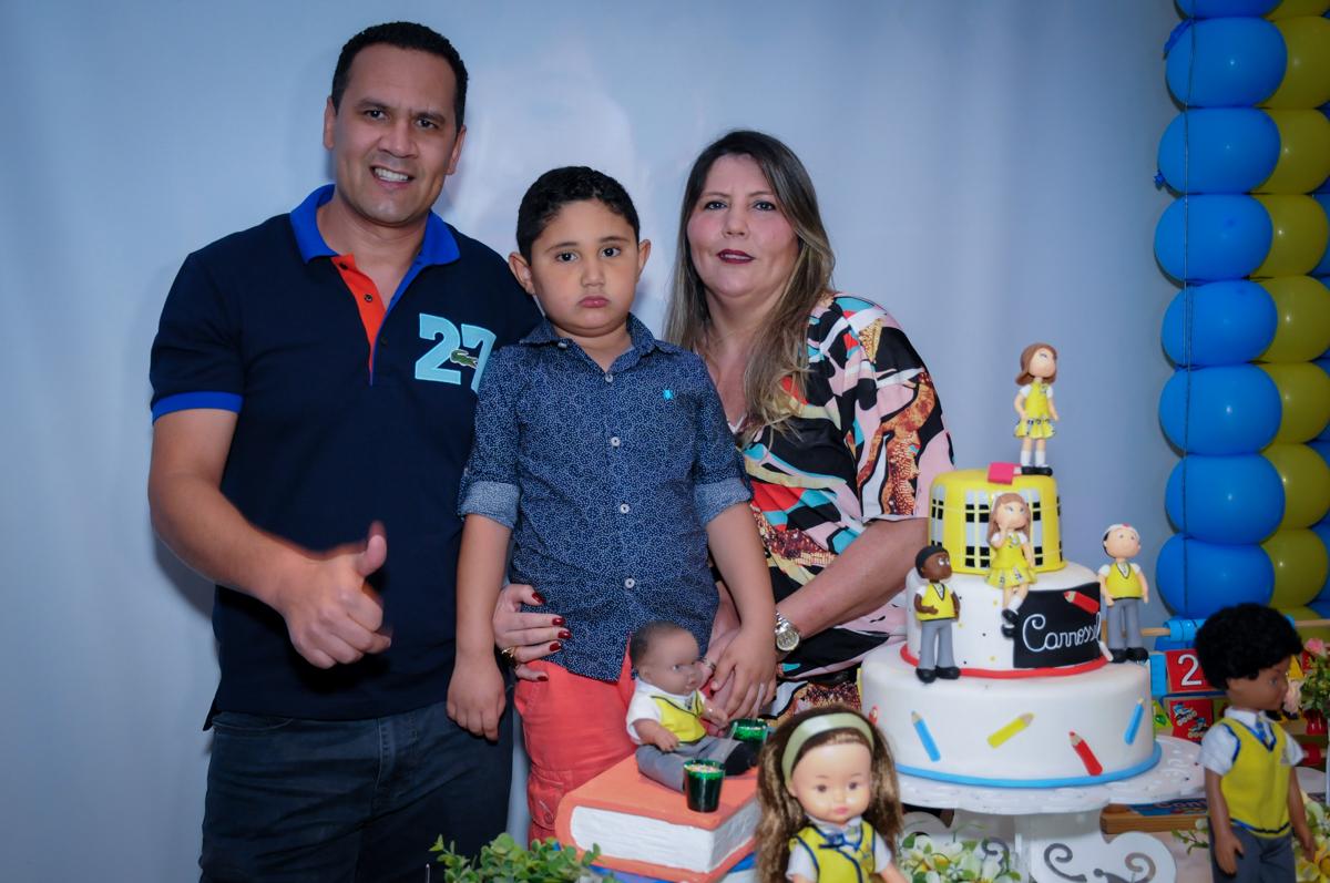 foto da família na mesa decorada carrossel no Buffet Infantil Amazing, Alphaville, São Paulo