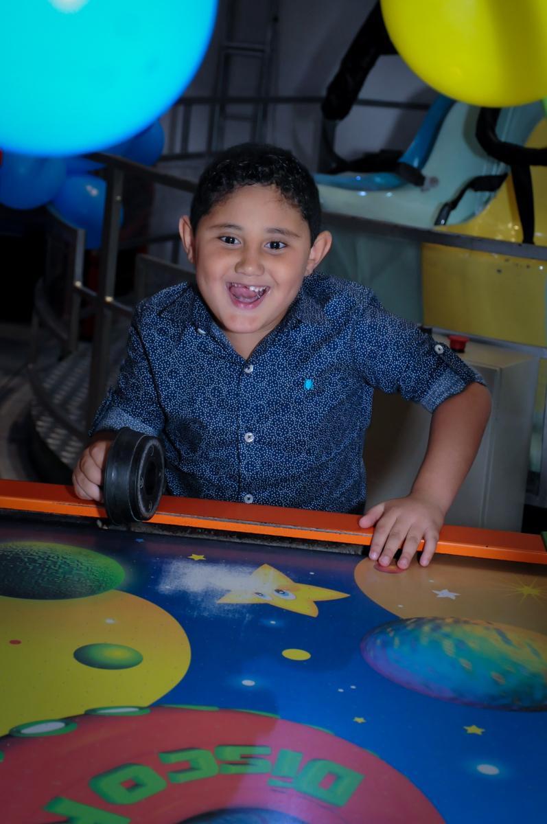aniversariante brincando no jogo do disco no Buffet Infantil Amazing, Alphaville, São Paulo