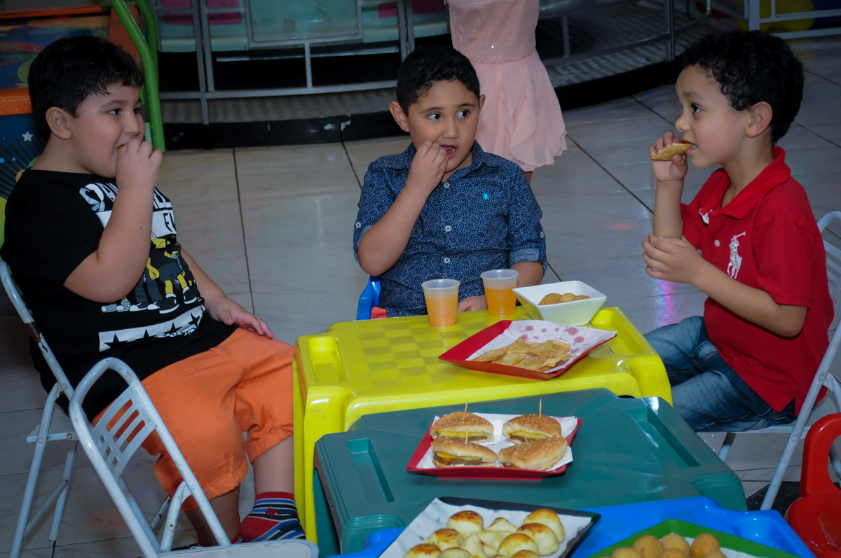 hora do lanchinho no Buffet Infantil Amazing, Alphaville, São Paulo