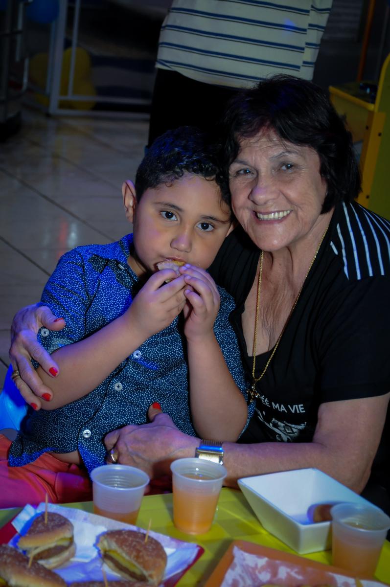 aniversariante com a vó no Buffet Infantil Amazing, Alphaville, São Paulo