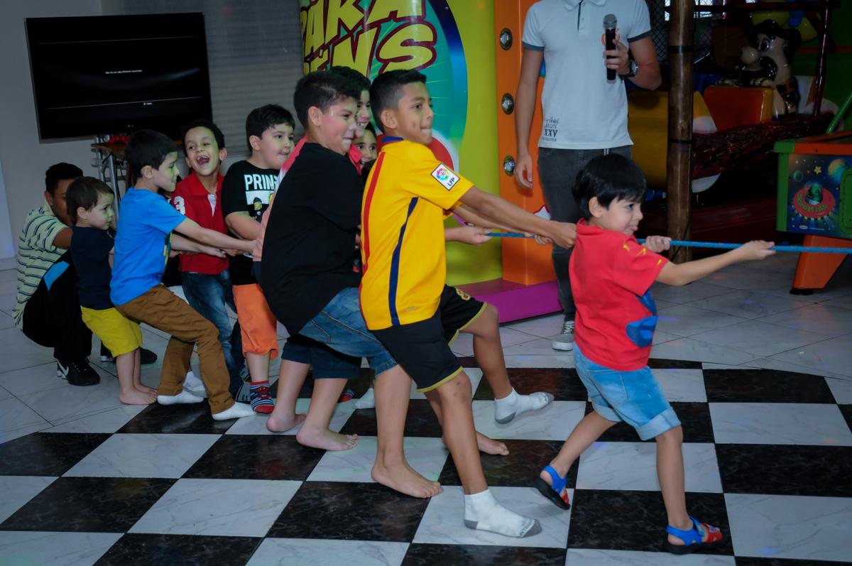brincadeiras com os  monitores no Buffet Infantil Amazing, Alphaville, São Paulo