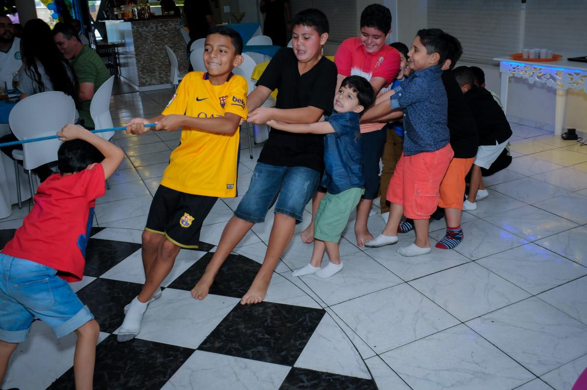brincadeira com os monitores de puxar a corda no Buffet Infantil Amazing, Alphaville, São Paulo